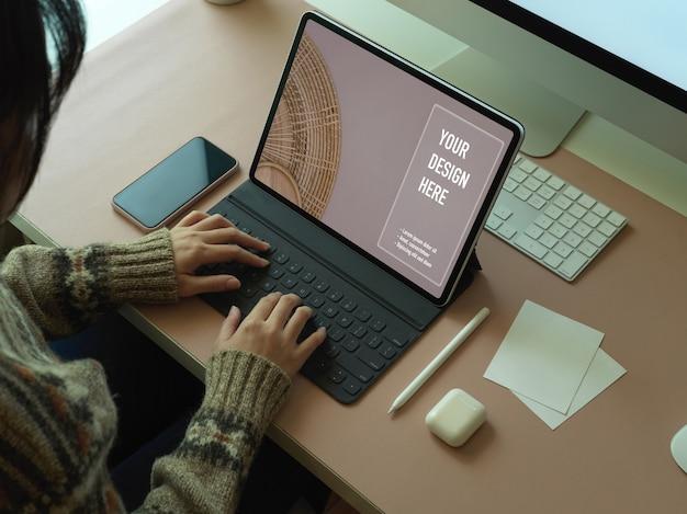 Vue Aérienne D'une Femme Travaillant Avec Une Maquette De Table Numérique Ton Bureau D'ordinateur Dans La Salle De Bureau PSD Premium