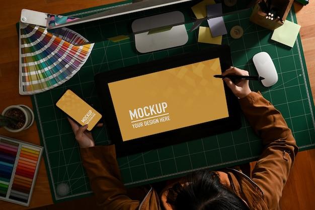 Vue Aérienne D'une Graphiste Travaillant Avec Une Maquette De Tablette Et De Smartphone PSD Premium