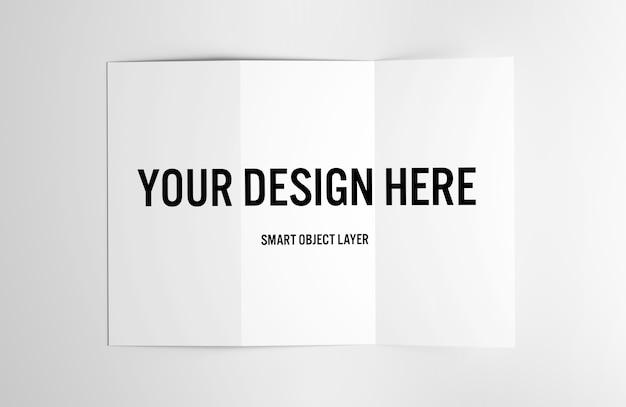 Vue d'une brochure à trois volets sur une maquette de table blanche PSD Premium