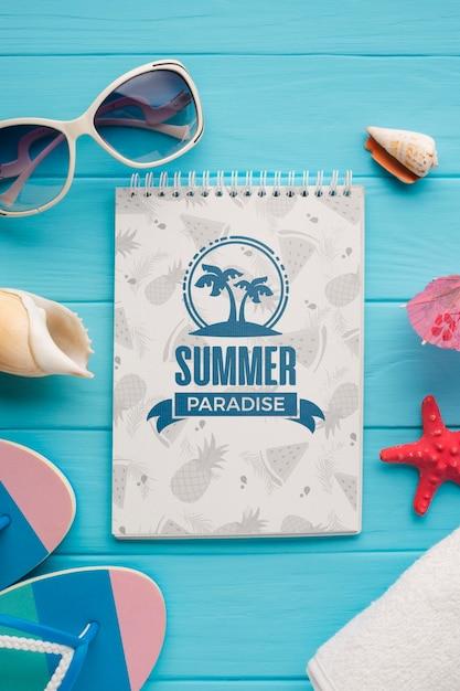Vue De Dessus Bloc-notes D'été Avec Des Lunettes De Soleil Sur La Table Psd gratuit