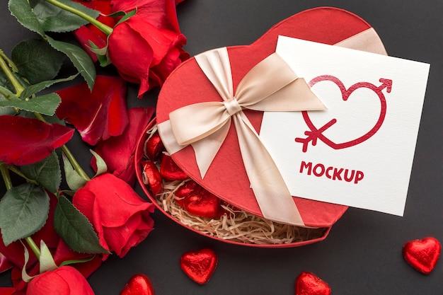Vue De Dessus Des Bonbons Et Des Roses De La Saint-valentin Avec Lettre Maquette Psd gratuit