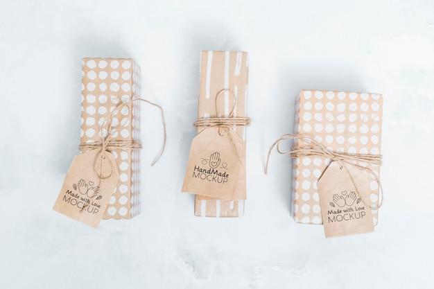 Vue De Dessus Des Cadeaux D'anniversaire Avec Des étiquettes Psd gratuit