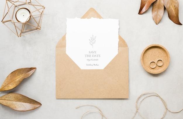 Vue De Dessus De La Carte De Mariage Avec Enveloppe Et Feuilles Psd gratuit