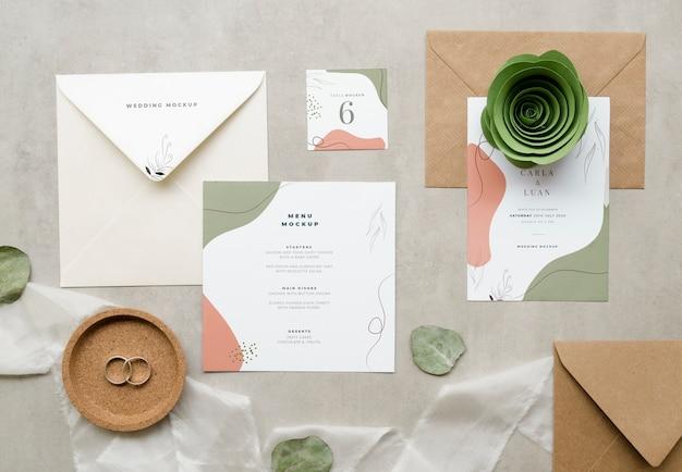 Vue De Dessus Des Cartes De Mariage Avec Papier Rose Et Textile Psd gratuit