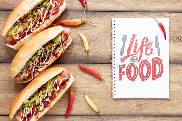 Vue De Dessus De Délicieux Hot-dog Maquette Sur Backgoround En Bois Psd gratuit