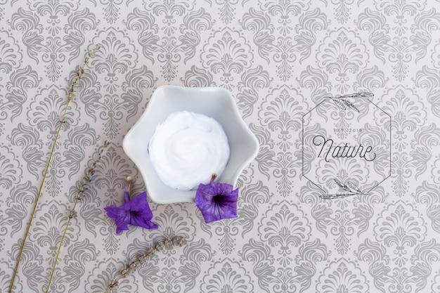 Vue de dessus du beurre de corps sur fond blanc maquette Psd gratuit
