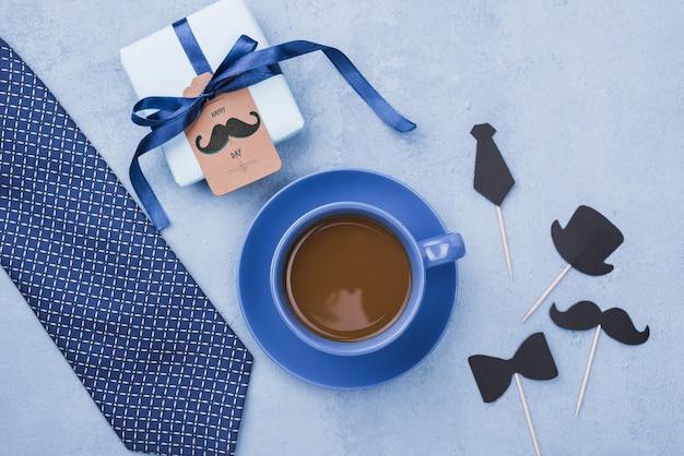 Vue De Dessus Du Café Avec Cadeau Et Cravate Pour La Fête Des Pères Psd gratuit