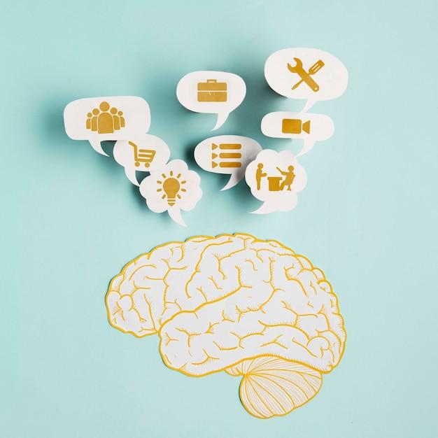 Vue De Dessus Du Cerveau En Papier Avec Des Pensées Psd gratuit