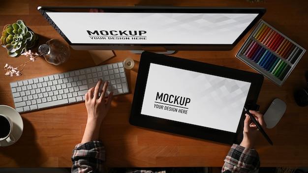 Vue De Dessus Du Graphiste Féminin Travaillant Avec Une Maquette De Tablette Et D'ordinateur PSD Premium