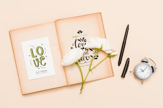 Vue De Dessus Du Livre Ouvert Avec Des Roses Et Une Horloge Psd gratuit