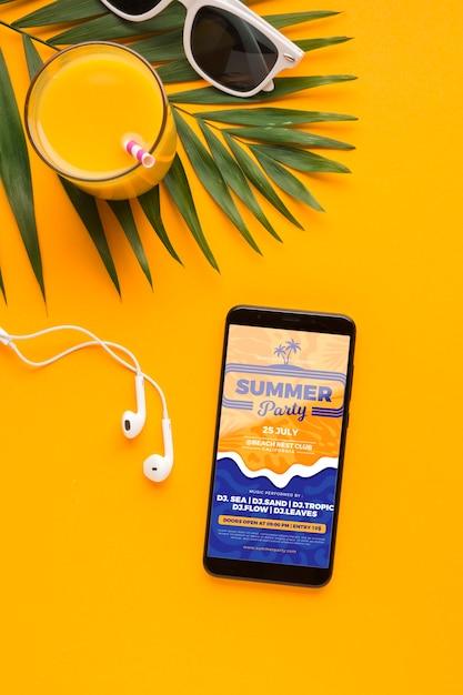 Vue De Dessus Du Téléphone Portable Avec écouteurs Et Jus D'orange Psd gratuit