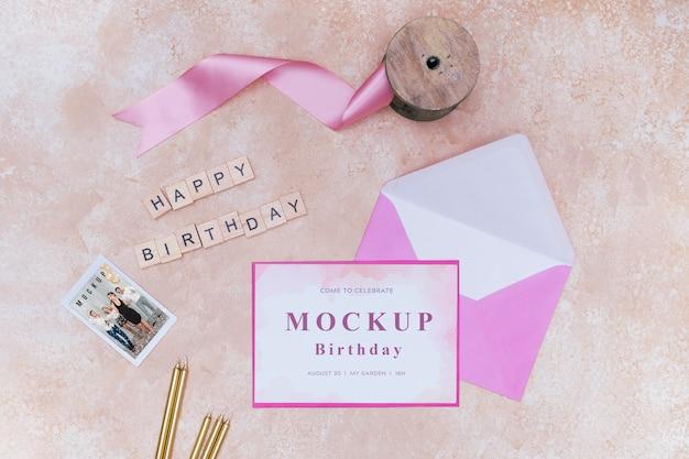 Vue De Dessus De L'enveloppe D'anniversaire Avec Ruban Et Carte Psd gratuit