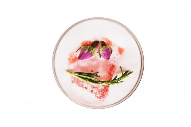 Vue De Dessus Isolé De Cocktail Rouge En Verre à Vin Garniture De Mousse, De Fleurs Et De Romarin. PSD Premium
