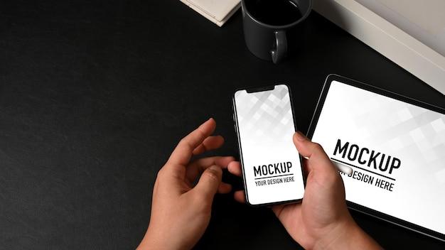 Vue De Dessus Des Mains Mâles Tenant La Maquette Du Smartphone PSD Premium