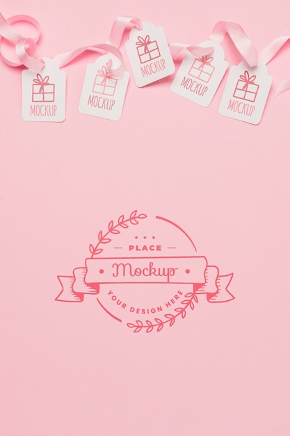 Vue De Dessus Des Maquettes D'étiquettes De Cadeau D'anniversaire Avec Des Rubans Roses Psd gratuit