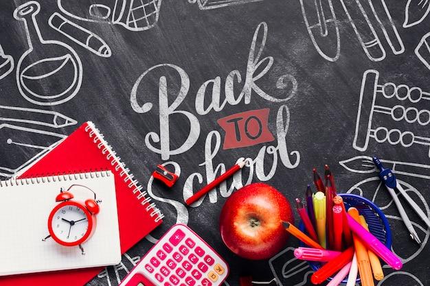 Vue de dessus retour au concept d'école avec tableau Psd gratuit