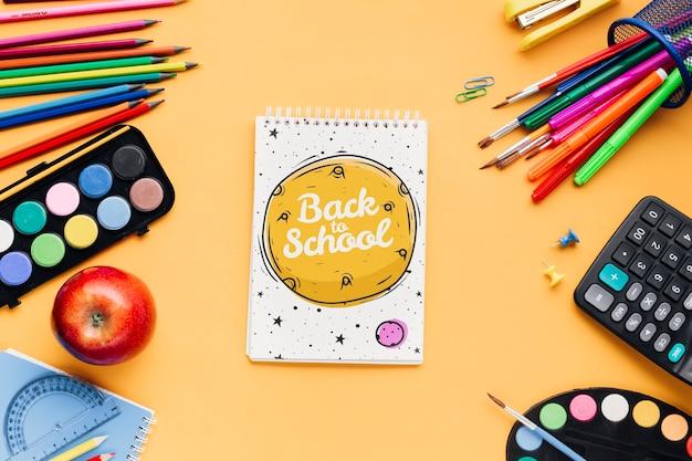 Vue de dessus retour à l'école avec le bloc-notes Psd gratuit