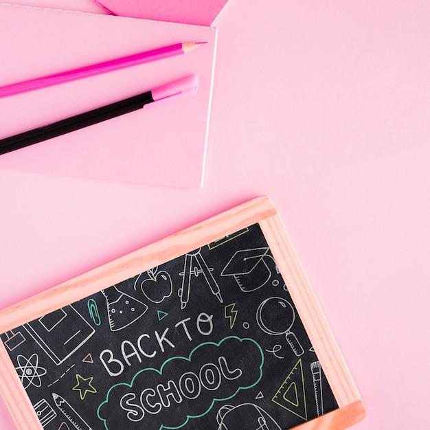 Vue de dessus retour à l'école avec tableau Psd gratuit