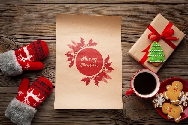 Vue de dessus tasse de café avec des boîtes de pain d'épice et cadeau Psd gratuit