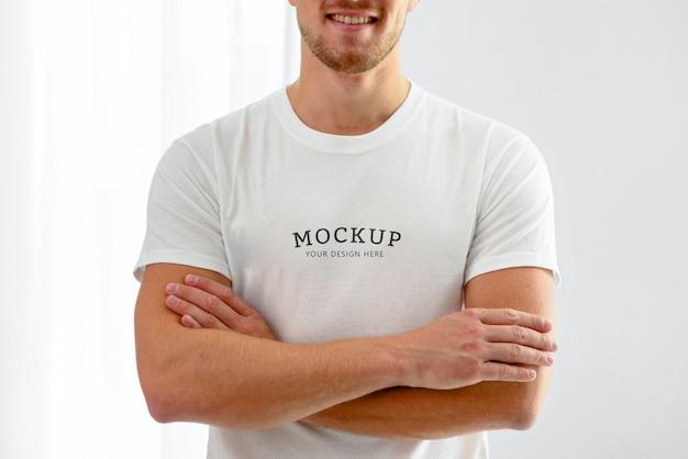 Vue De Face Du Volontaire Masculin Posant Avec Les Bras Croisés Psd gratuit
