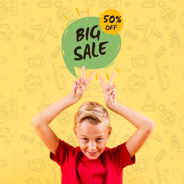 Vue De Face De L'enfant Faisant Des Signes De Paix Avec Grande Vente Psd gratuit
