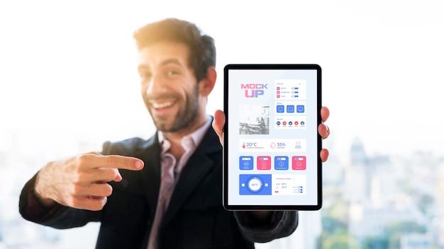 Vue De Face De L'homme D'affaires Tenant Et Pointant Sur La Tablette Psd gratuit