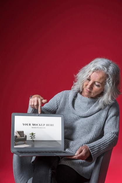 Vue De Face De La Maquette De Femme Senior Psd gratuit