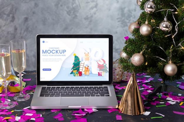 Vue De Face De L'ordinateur Portable Avec Des Verres De Champagne Et Chapeau De Fête Pour La Célébration Du Nouvel An PSD Premium