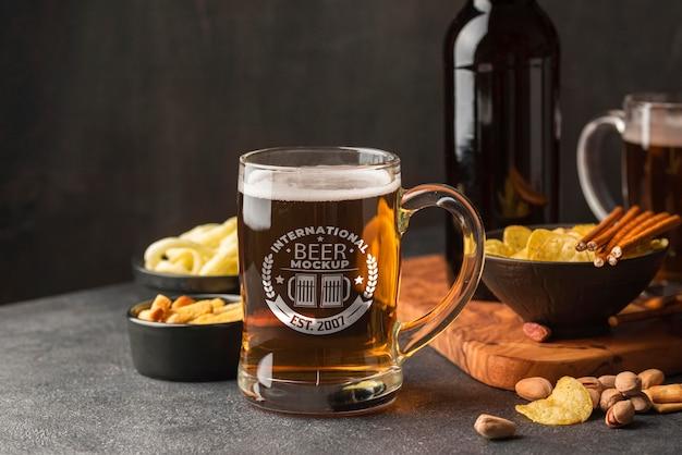 Vue De Face De La Pinte De Bière Avec Assortiment De Collations Psd gratuit