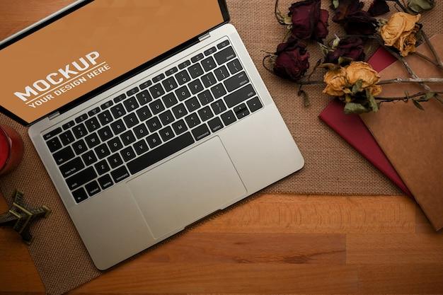 Vue Rapprochée De L'espace De Travail Avec Maquette D'ordinateur Portable Au Bureau à Domicile PSD Premium