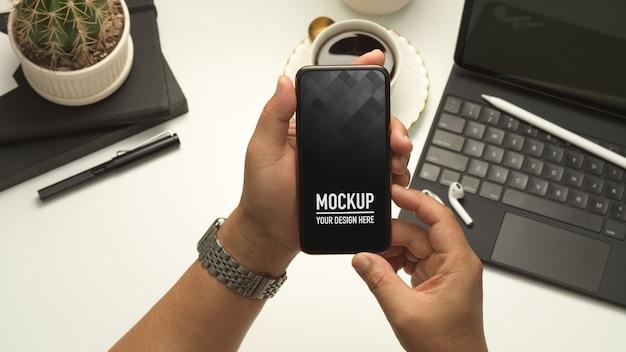 Vue Rapprochée Des Mains Mâles Tenant La Maquette Du Smartphone PSD Premium