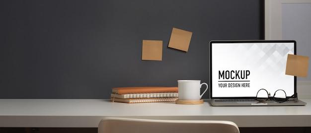 Vue Rapprochée De La Table De Travail Avec Maquette D'ordinateur Portable PSD Premium