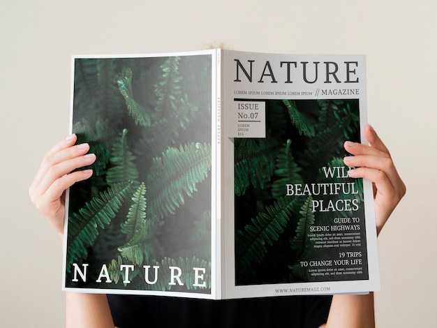 Womans Main Tenant Un Magazine De La Nature Maquette Psd gratuit
