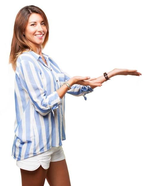 A mulher de sorriso com as mãos abertas Psd grátis