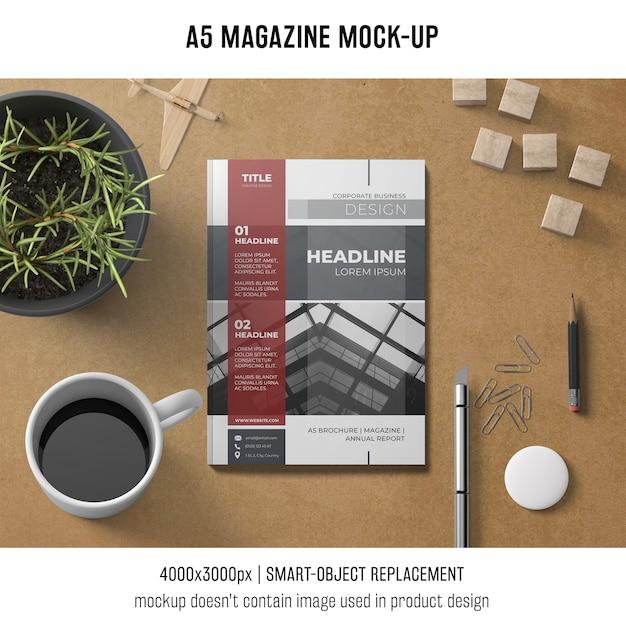 A5 revista mockup com café e planta Psd grátis