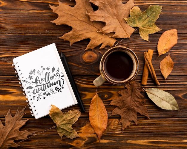Acima vista notebook e xícara de café sobre fundo de madeira Psd grátis