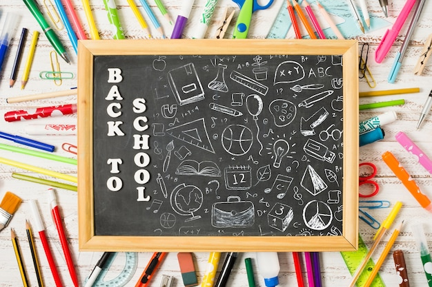 Acima vista quadro-negro em canetas coloridas Psd grátis