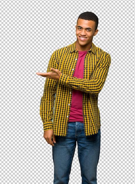Afro americano, homem jovem, apresentando, um, idéia, enquanto, olhar, sorrindo, direção Psd Premium