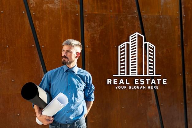 Agente imobiliário olhando para longe com fundo de madeira Psd grátis