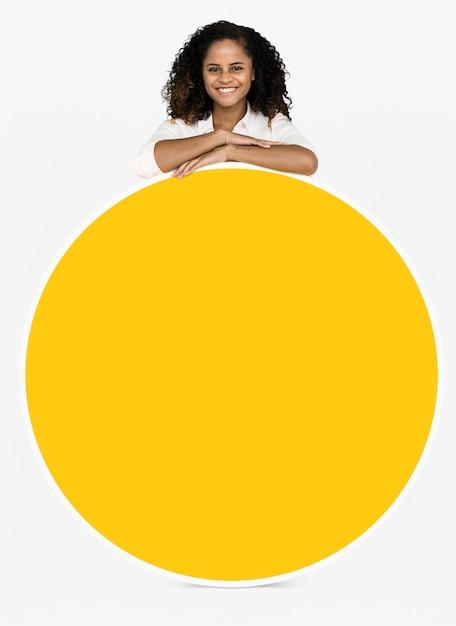 Alegre mulher mostrando uma placa redonda Psd grátis