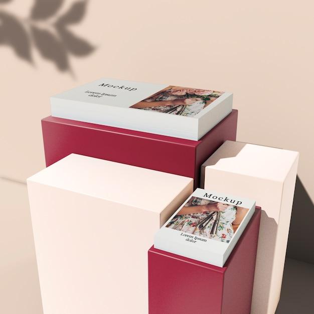 Alto ângulo de cartões empilhados em blocos Psd grátis