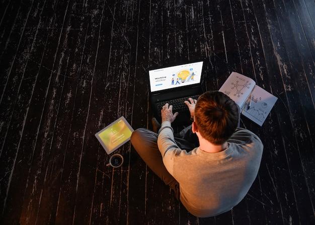 Alto ângulo de homem trabalhando em casa, no laptop com café e cópia espaço Psd grátis