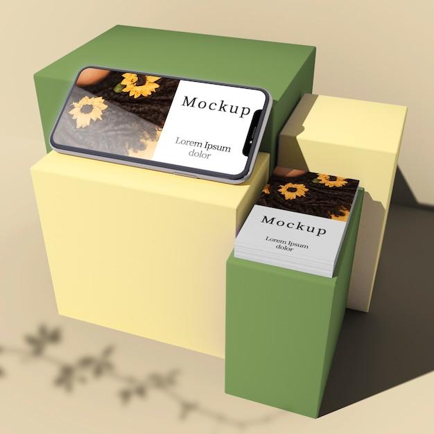 Alto ângulo de smartphone e cartão em caixas com sombra Psd grátis