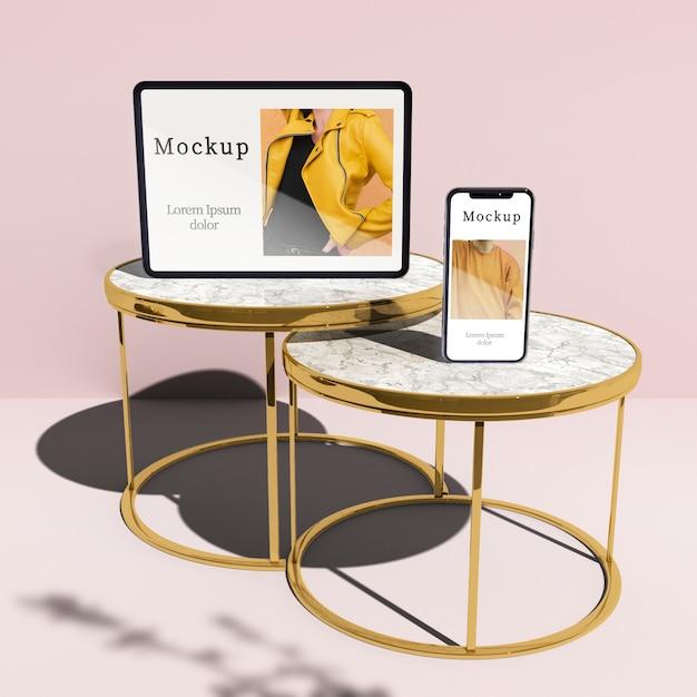 Alto ângulo de tablet e smartphone em mesas com sombra Psd grátis