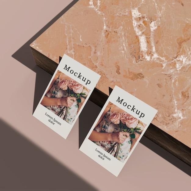 Alto ângulo do cartão com superfície de mármore Psd grátis