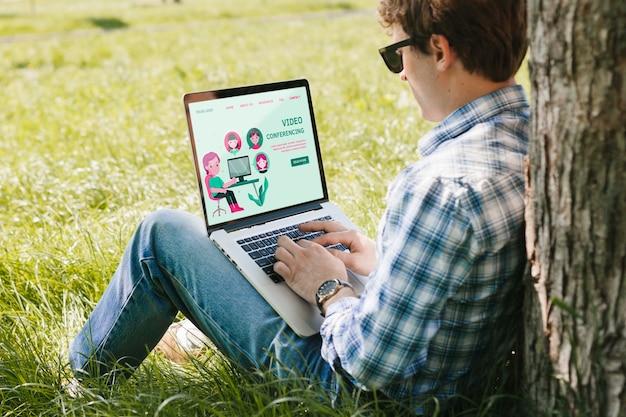 Aluno trabalhando no laptop ao ar livre Psd grátis