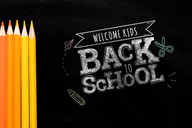 Apartamento deitar de volta à mensagem da escola no mock-up do quadro-negro Psd grátis