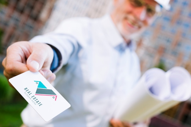 Arquiteto entregando um modelo de cartão de visita Psd grátis