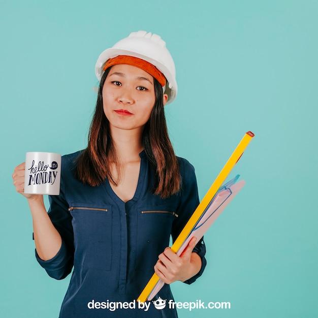 Arquiteto feminino com caneca Psd grátis