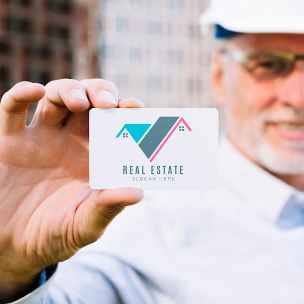 Arquiteto segurando um modelo de cartão de visita Psd grátis